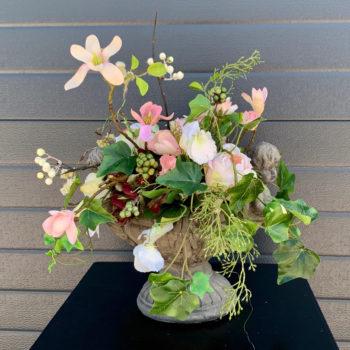 Cherub schaal met zijden magnolia